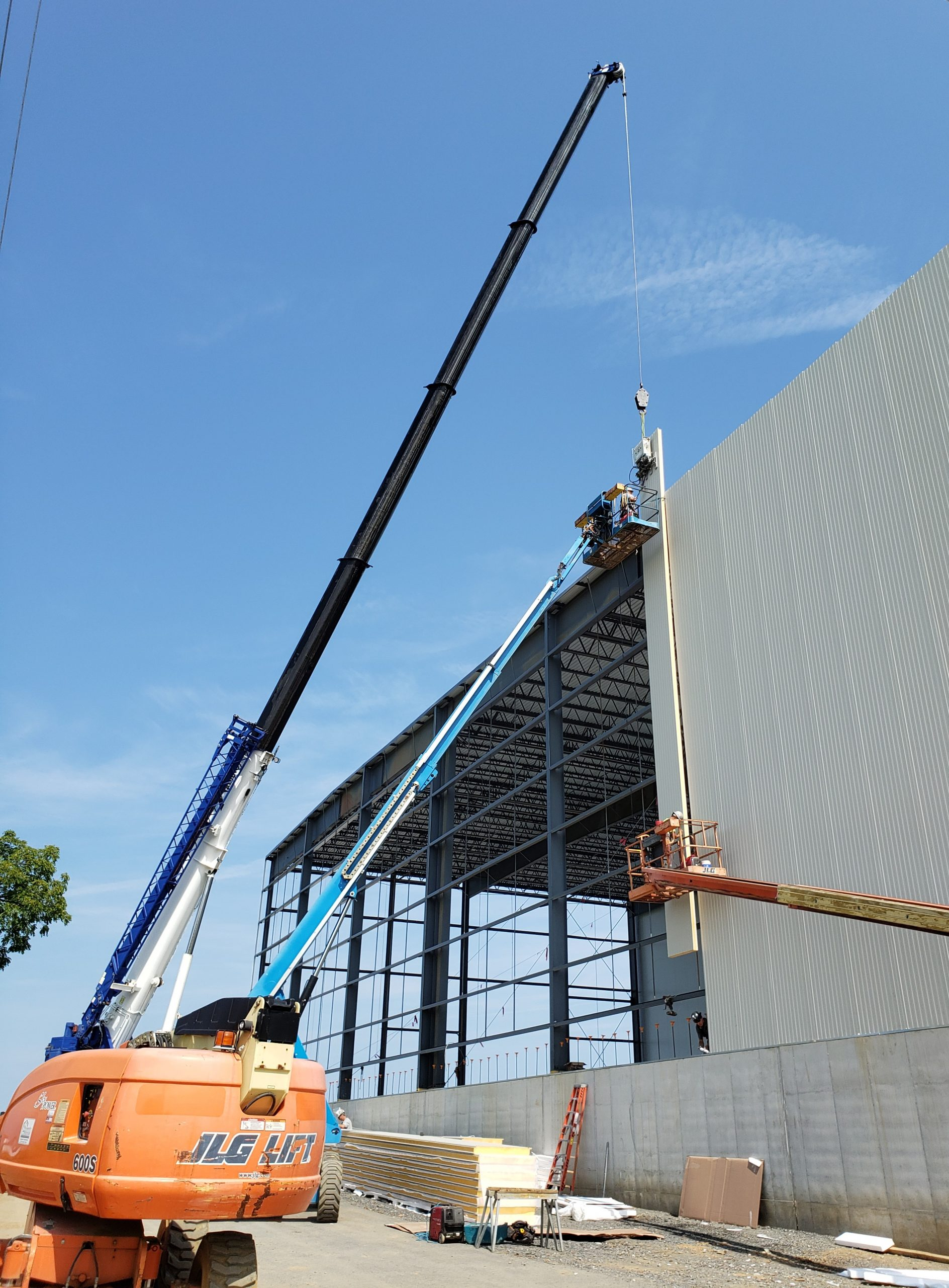 Sharp Shopper Warehouse – Installing Wall Panels!